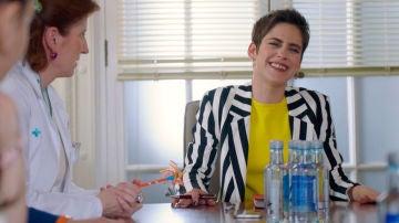 Se traba, se cae e improvisa, descubre el lado más divertido de María León en el rodaje de 'Allí Abajo'