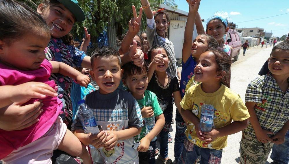 Varios niños de un campamento de refugiados