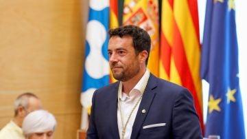 Àlex Pastor muestra el bastón de mando tras desbancar a la alcaldesa Dolors Sabater