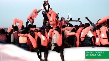 Polémica imagen en la que la marca de ropa Benetton emplea una foto de inmigrantes del Aquarius con fines comerciales