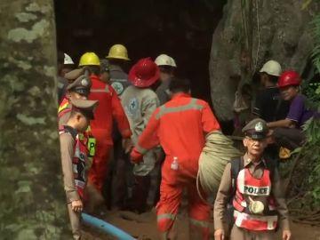 Sin rastro de los 12 niños y un entrenador de un equipo de fútbol perdidos en una cueva tailandesa