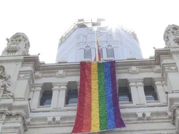 El palacio de Cibeles en Madrid luce la bandera del Orgullo Gay
