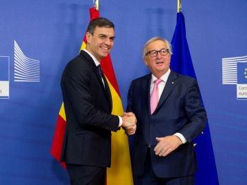 Pedro Sánchez y el presidente de la Comisión Europea, Jean-Claude Juncker.