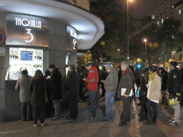 Varias personas hacen cola en las taquillas de una sala de cine de Madrid en una imagen de archivo.