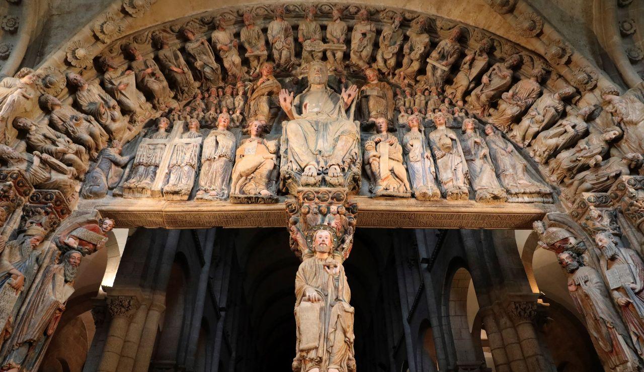 Detalle de la figura sedente del Apóstol Santiago en el parteluz del Pórtico de la Gloria