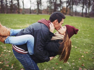 Jóvenes besándose