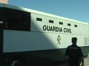 El autobús de la Guardia Civil que trasladaba a Samuel Crespo y el resto de detenidos