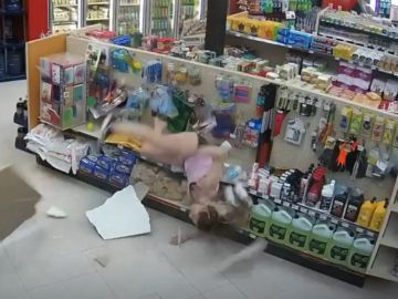 La joven cayendo del conducto de ventilación