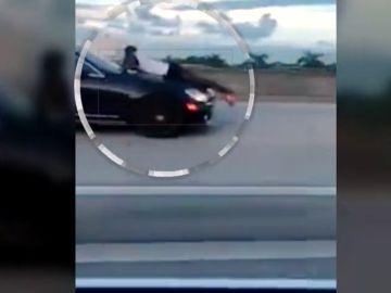 Un hombre circulo sobre el capó del coche a 115 kilómetros por hora