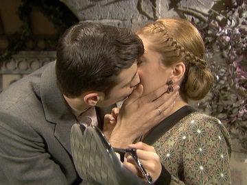 Prudencio silencia el llanto de Julieta con un beso en los labios