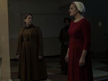 La tía Lydia y Offred en 'El cuento de la criada'