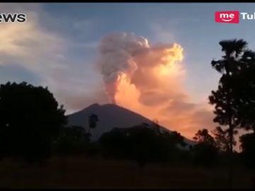 Un volcán en erupción obliga a cerrar tres aeropuertos
