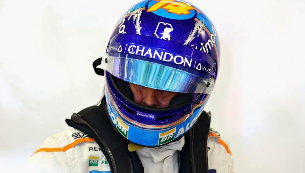 Fernando Alonso, en su box