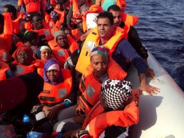 Un barco de Proactiva Open Arms con 60 inmigrantes rescatados intentará atracar en Barcelona