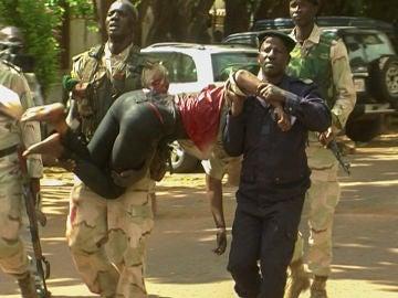Trasladan a una mujer herida en un atentado en Mali
