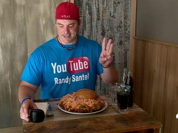 Randy Santel, el 'comedor profesional' capaz de engullir una hamburguesa de más de 3 kilos