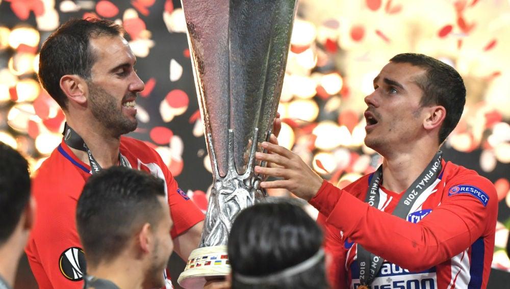 Godín y Griezmann, con la Europa League.