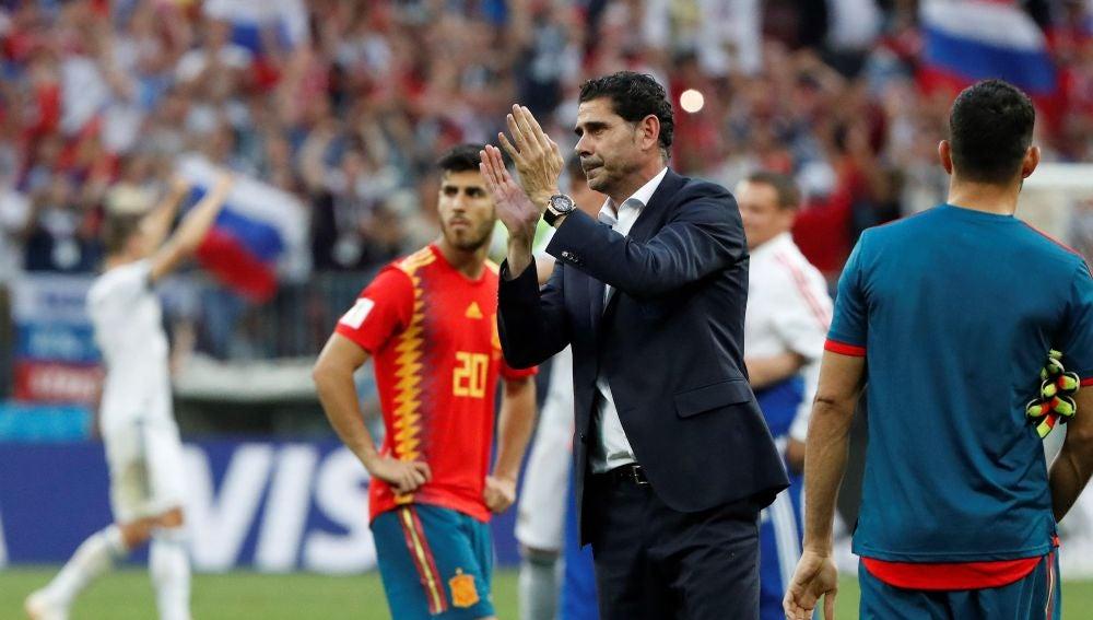 Fernando Hierro aplaude a sus jugadores