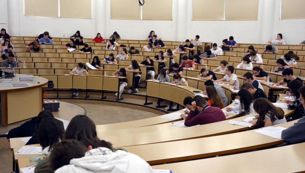 Alumnos realizando las pruebas de la EvAU de junio