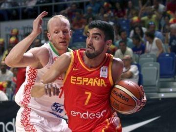 Jaime Fernández conduce un balón ante Bielorrusia