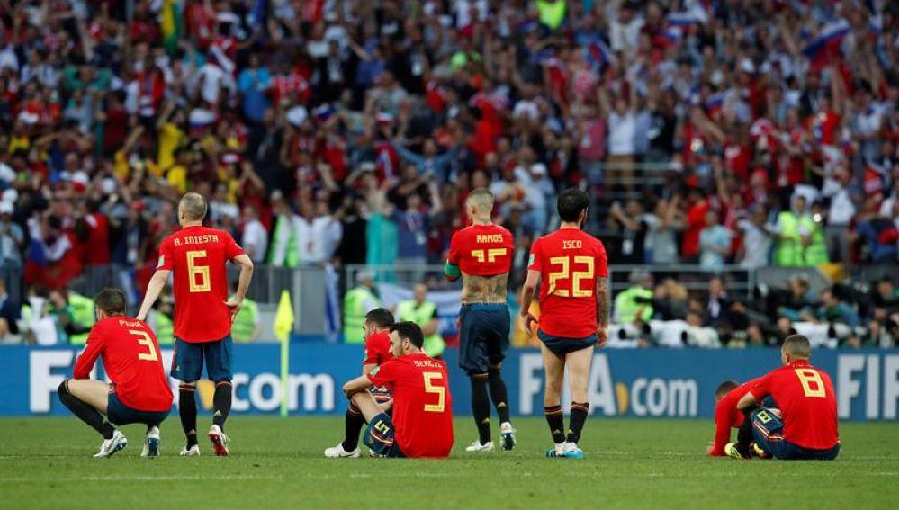 Los jugadores españoles se lamentan tras caer en la tanda de penaltis