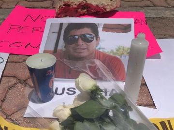 Flores ante un retrato del periodista mexicano asesinado