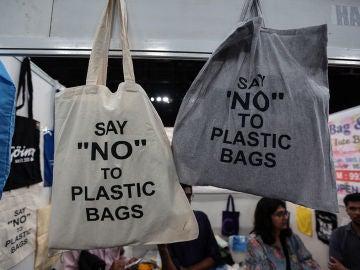 Bolsas de tela con el mensaje: 'Di no a las bolsas de plástico'