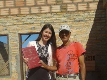 La estudiante y su padre tras la entrega del título
