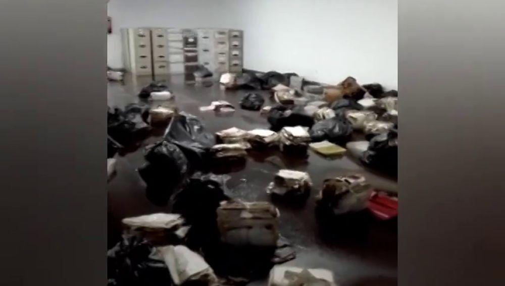 El archivo judicial del edificio de Tabacos, en A Coruña, inundado tras la tromba de agua del sábado.