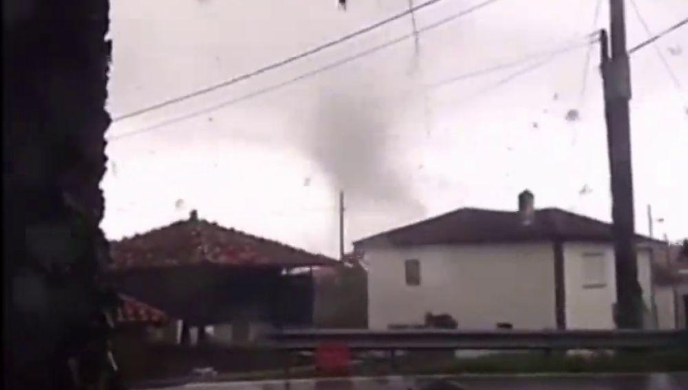 Un impresionante tornado causa numerosos daños materiales en Cudillero