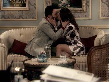 María se besa con pasión desenfrenada con Héctor