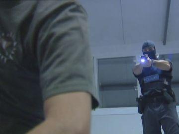 Los sindicatos policiales urgen a Interior para que permita el uso de defensas extensibles y pistolas Taser