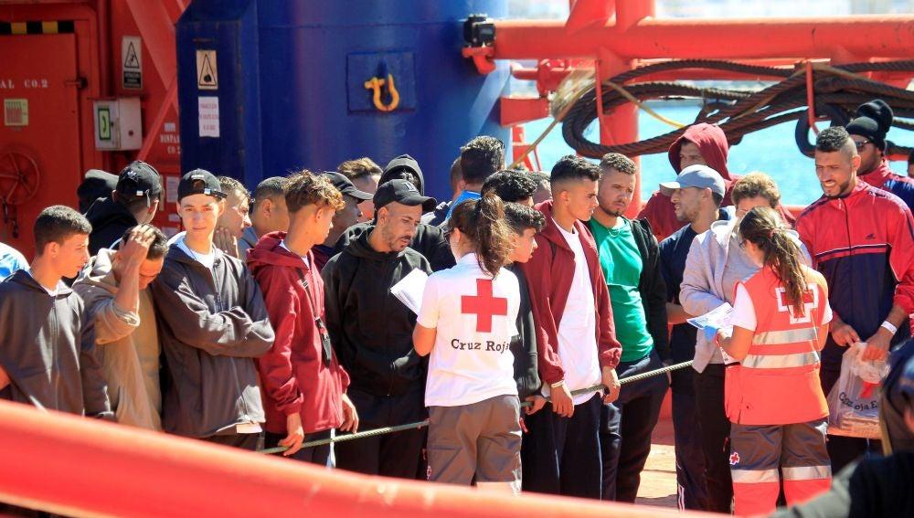 Llegada de la embarcación de Salvamento marítimo 'Luz de Mar'