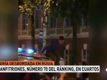 Varios agentes propinan una brutal paliza a un aficionado ruso que celebra la victoria ante España