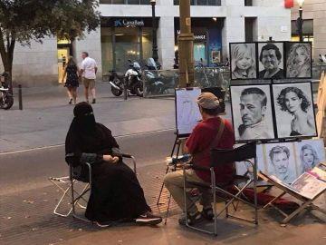 La mujer siendo retratada por el artista