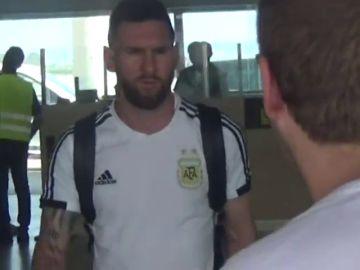 Messi guarda silencio a su llegada a Barcelona tras el Mundial