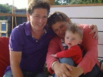 Alex Lewis junto a su pareja y su hijo antes de contraer la enfermedad