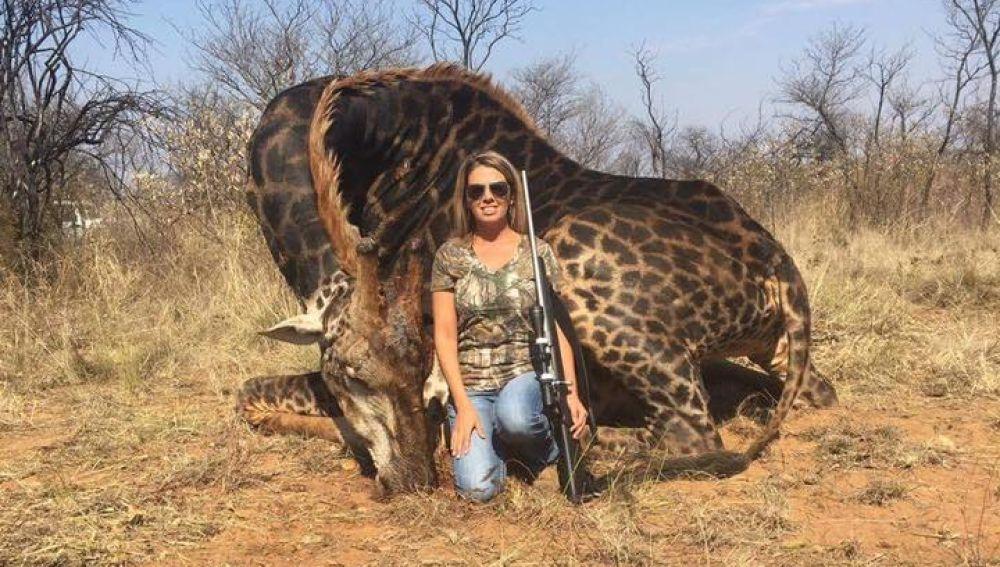 La cazadora junto a la jirafa