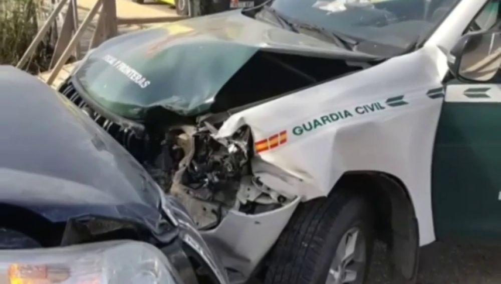 Narcotraficantes embisten a un coche patrulla en una intervención contra el tráfico de drogas