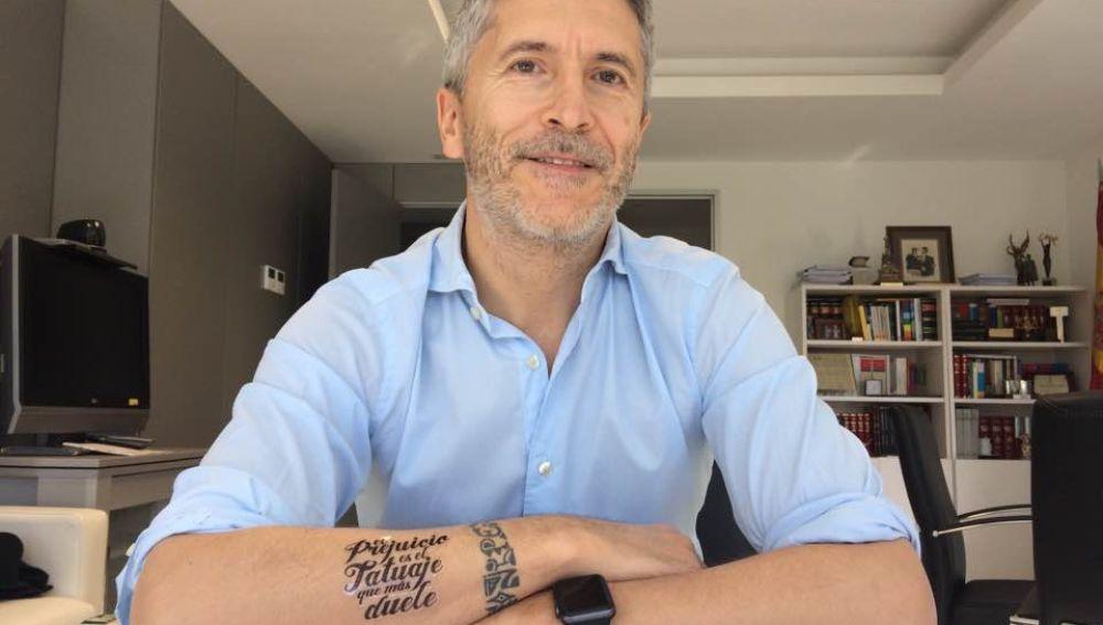 Grande-Marlaska luciendo un tatuaje falso junto al suyo real