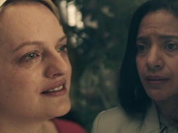 Defred explota y revela la verdad sobre la vida de las criadas a la embajadora de México