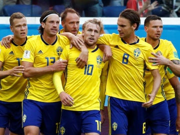 Forsberg celebra su gol con sus compañeros de Suecia