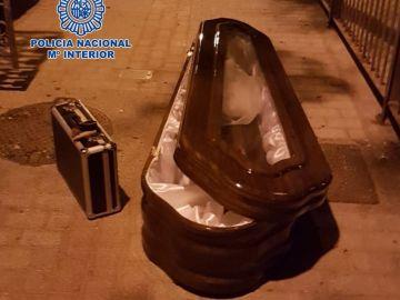 El ataúd y el maletín sustraídos