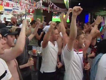 Los aficionados ingleses disfrutan del pase a cuartos desde Benidorm