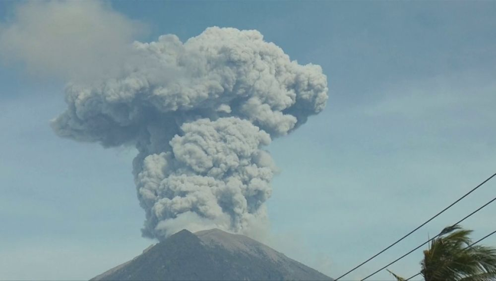 La última erupción del volcán Agung provoca el pánico en Bali