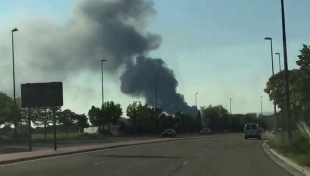 Aparatoso incendio de un desguace cercano al aeropuerto de Zaragoza