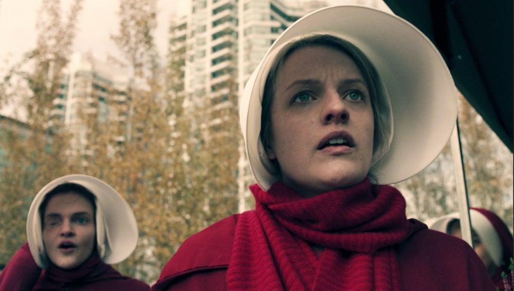 Emily se rebela contra el régimen y protagoniza un trágico y sangriento suceso en el mercado