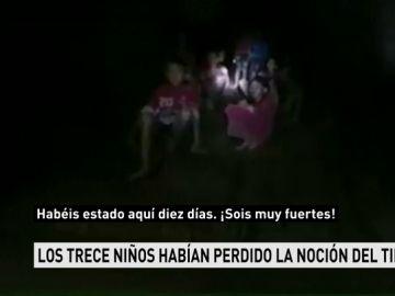 Un equipo de buceadores logra hablar con los niños atrapados en una cueva de Tailandia