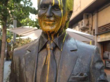 La estatua de Manolo Escobar pintada de amarillo