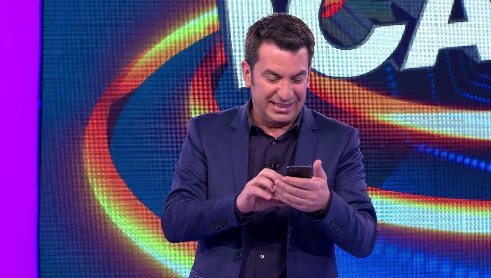 Arturo Valls cotillea al público de '¡Ahora Caigo!' a través de una red social